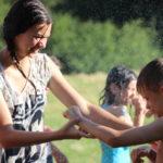 Wasserschlacht bei heißem Wetter